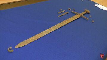 Doskonale zachowany miecz grunwaldzki wydobyty pod Olsztynem