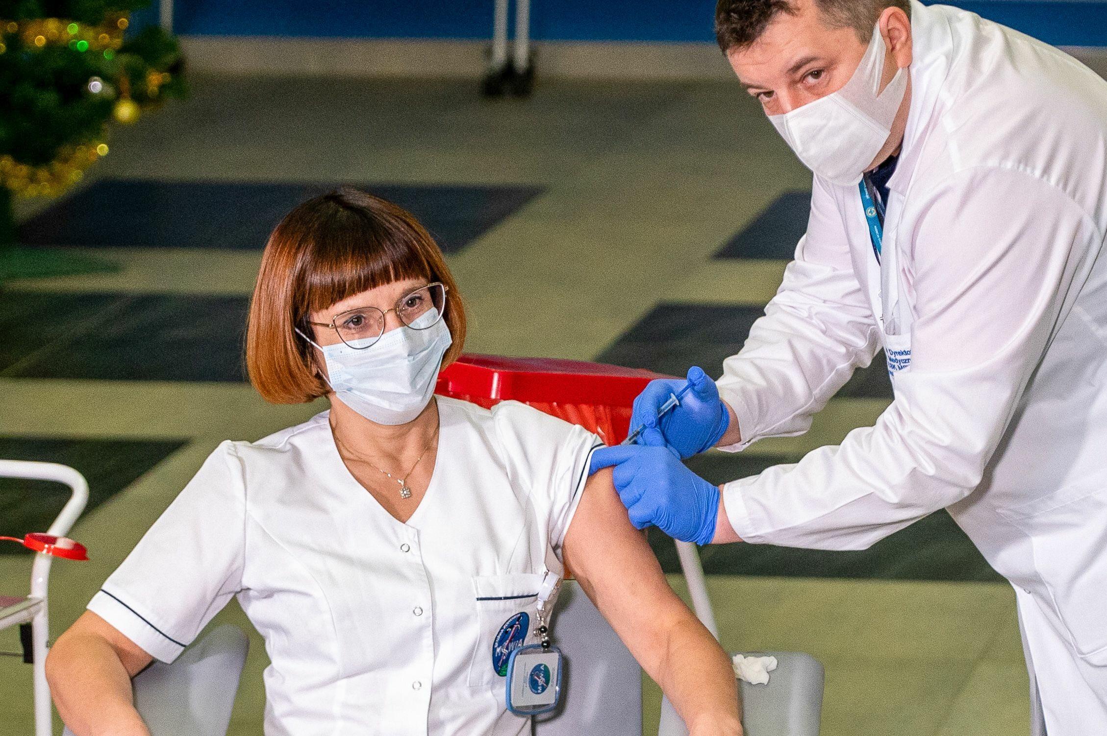 Dr Artur Zaczyński i Alicja Jakubowska, pierwsza osoba zaszczepiona przeciw COVID-19 w Polsce