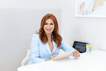 Dr n. med. Magdalena Łopuszyńska, specjalista dermatologii, lekarz medycyny estetycznej, ekspert z ponad 25-letnim doświadczeniem z zakresu medycyny Anti-Aging, założycielka gabinetu kosmetyki lekarskiej BELLA w Warszawie.