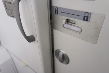 Drzwi do łazienki w samolocie (zdj. ilustracyjne)