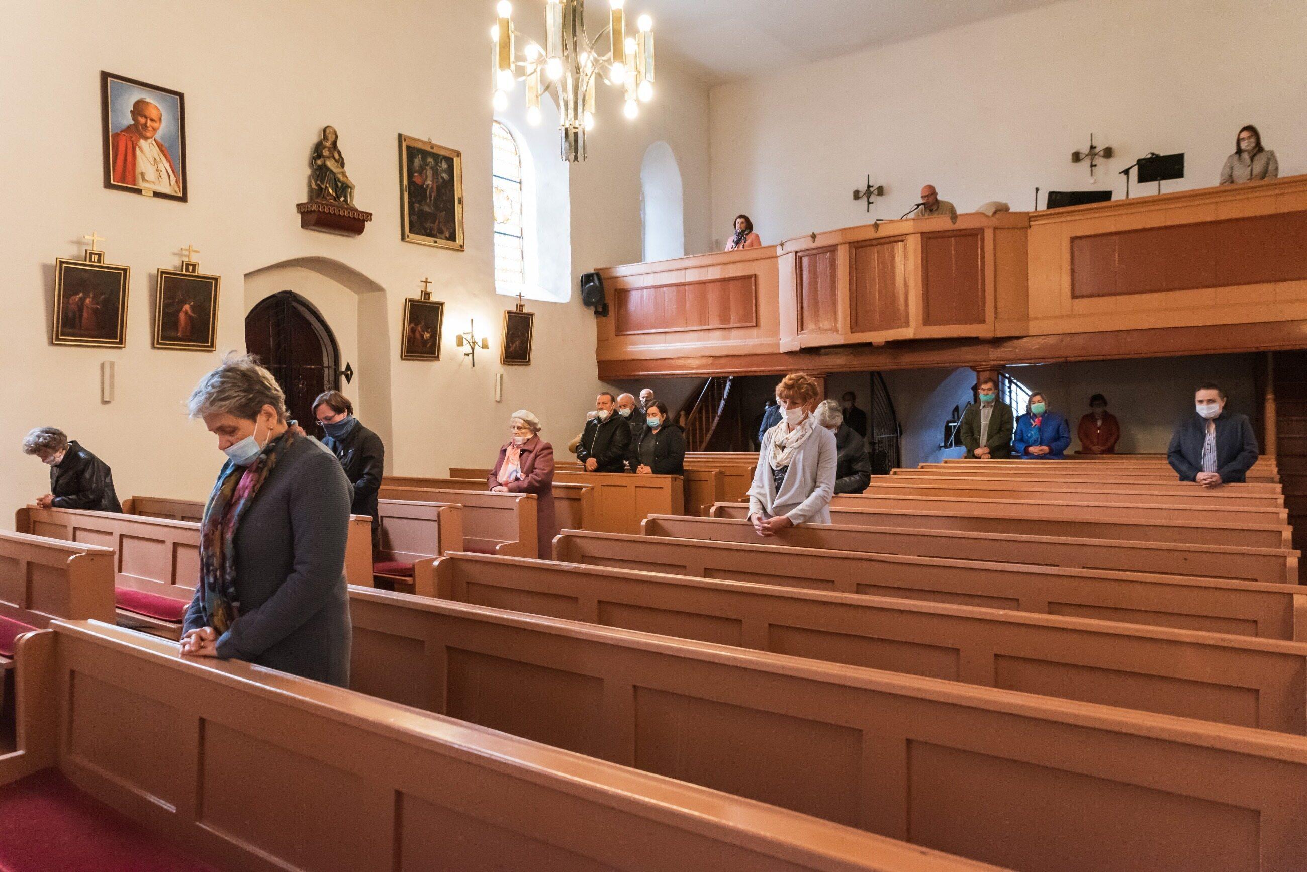 Duże ograniczenia w kościołach, zdjęcie ilustracyjne
