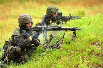 Dwaj żołnierze Bundeswehry podczas ćwiczeń