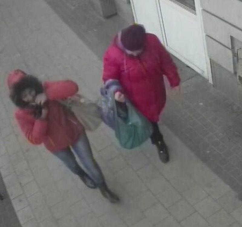 Dwie kobiety ze skradzionym plecakiem