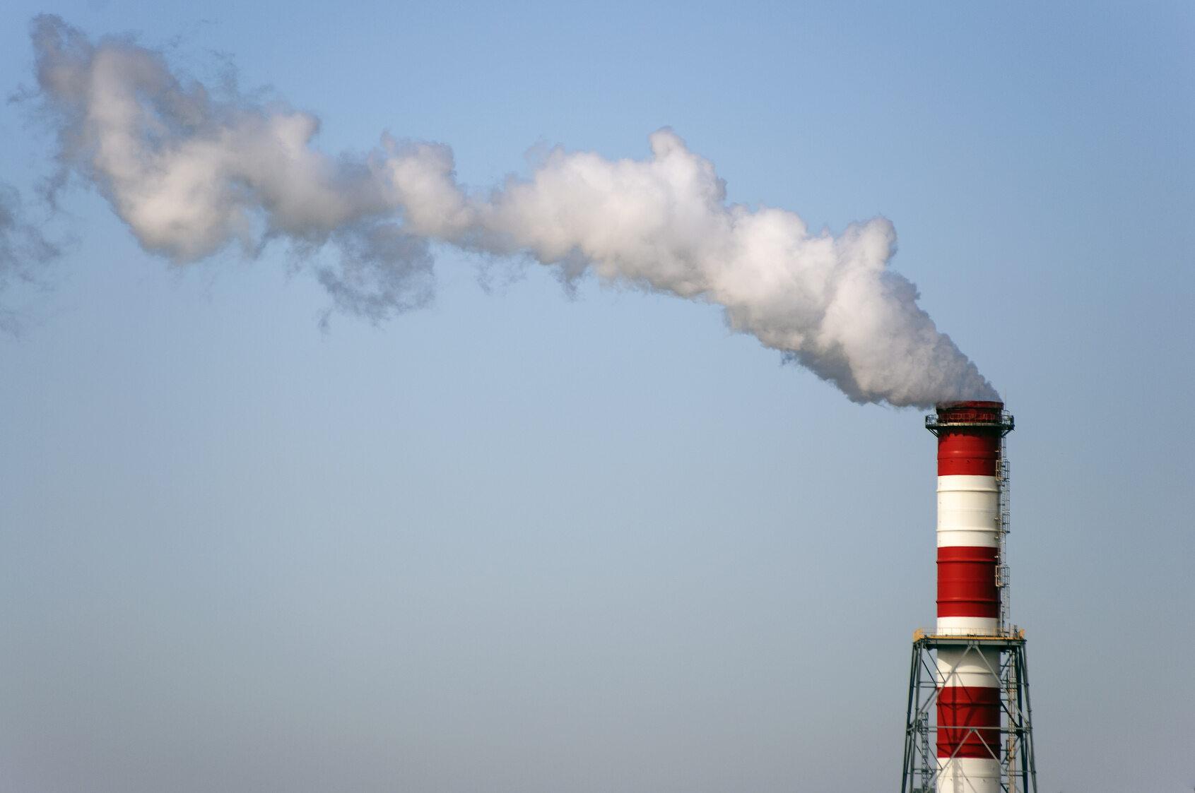 Dym z komina elektrociepłowni