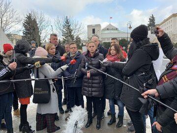 Działacze Inicjatywy Polskiej przed Sejmem