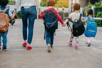 Dzieci idące do szkoły, zdj. ilustracyjne