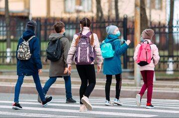 Dzieci idące do szkoły, zdjęcie ilustracyjne