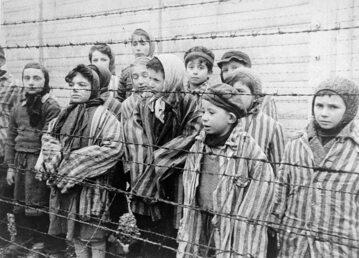 Dzieci Oświęcimia, kadr z filmu nagranego po wyzwoleniu Auschwitz przez ekipę filmową radzieckiej armii