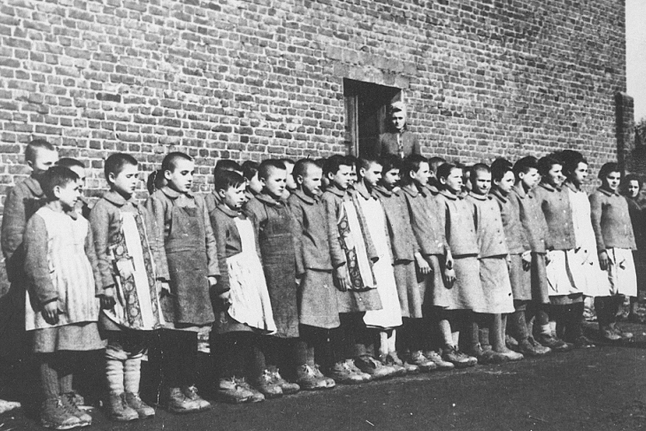 Dzieci polskie w niemieckim obozie pracy w Dzierżąznej k. Zgierza. Grudzień 1942.