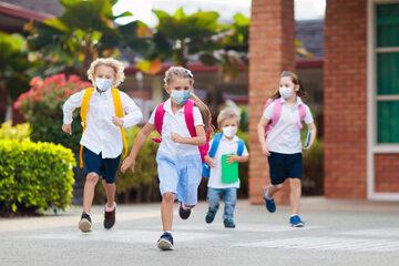 Dzieci w drodze do szkoły, zdjęcie ilustracyjne