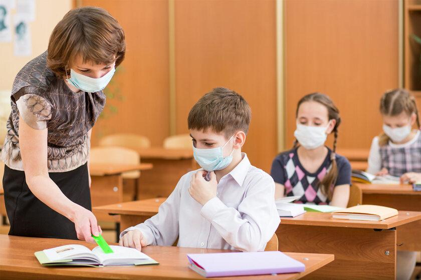 Dzieci w szkole podczas pandemii