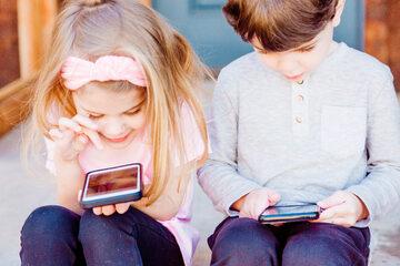 Dzieci ze smartfonami, zdjęcie ilustracyjne