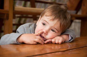Dziecko dłubiące w nosie
