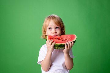 Dziecko jedzące arbuza