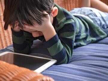 Dziecko korzystające z tabletu, zdjęcie ilustracyjne