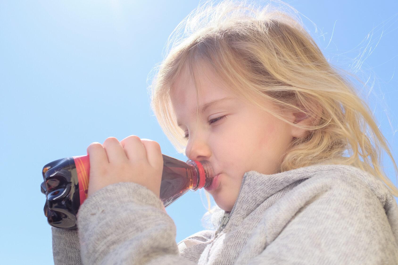 Dziecko pijące napój z butelki