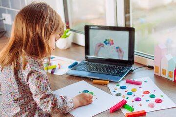 Dziecko podczas nauki zdalnej, zdjęcie ilustracyjne