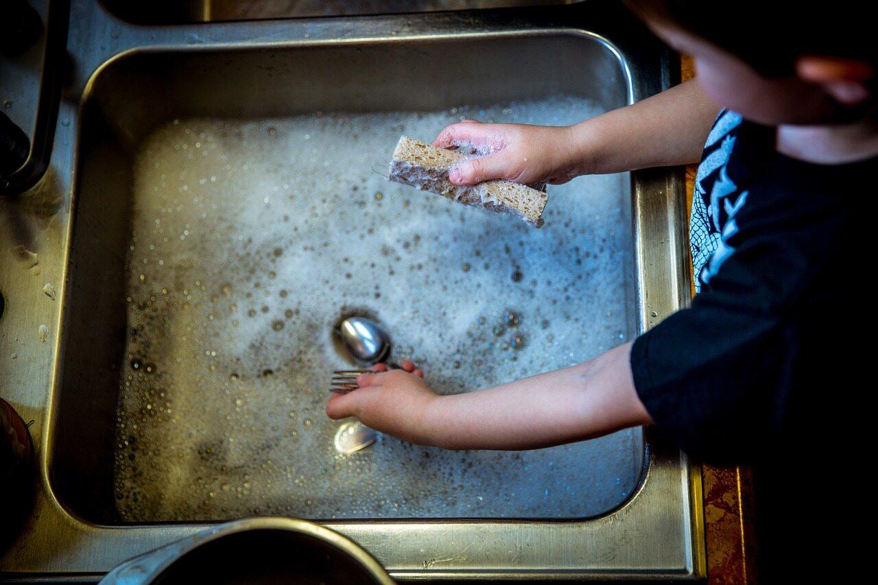 Dziecko pomagające w sprzątaniu