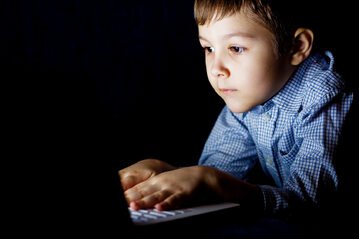 Dziecko przed komputerem, zdjęcie ilustracyjne