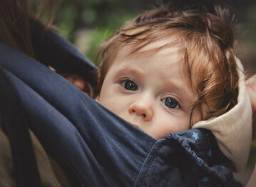 Dziecko w nosidle