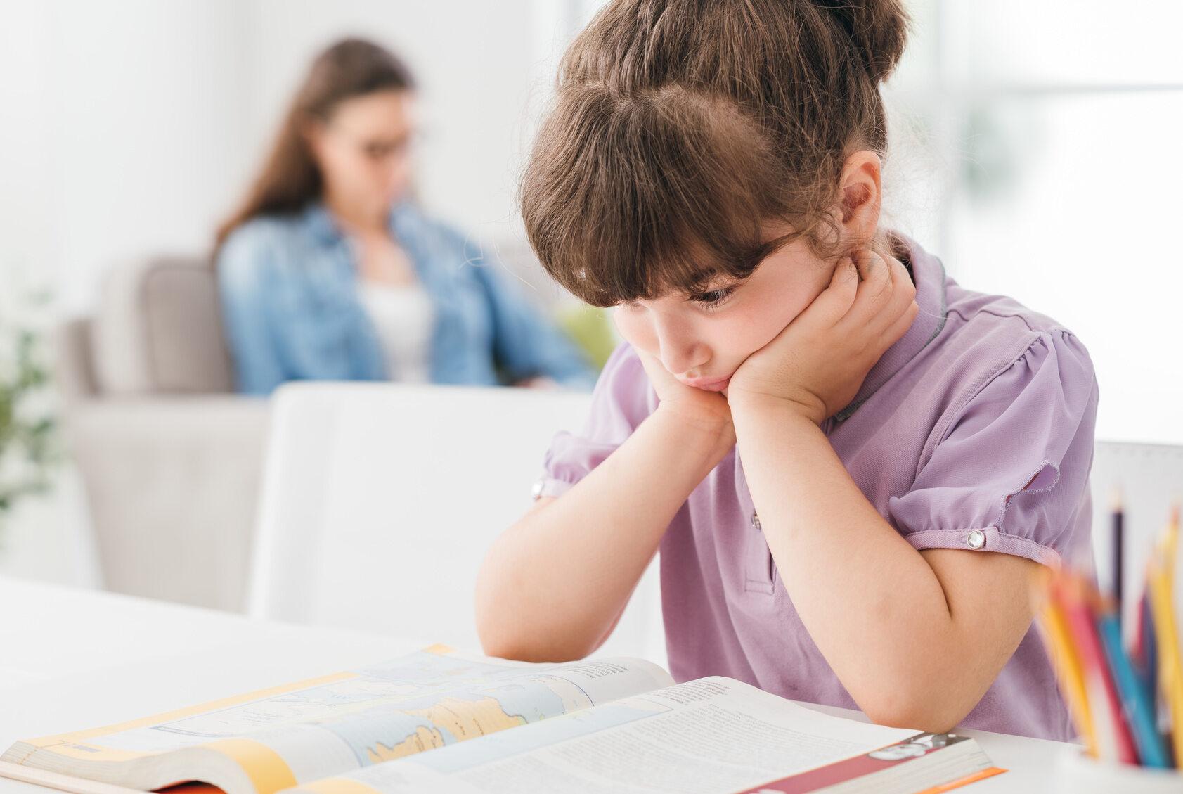 Dziecko z podręcznikiem, zdjęcie ilustracyjne