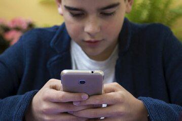 Dziecko ze smartfonem, zdj. iilustracyjne