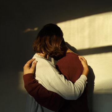 Dziewczyna przytulająca chłopaka
