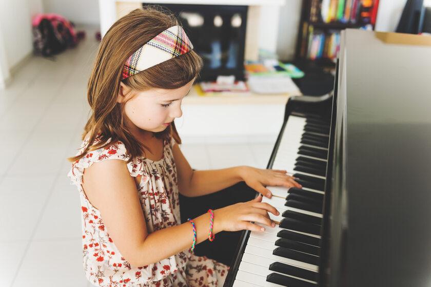 Dziewczynka gra na pianinie
