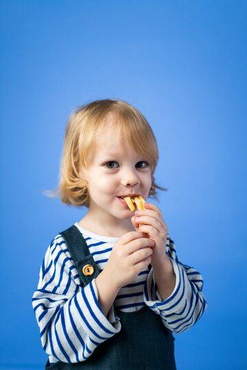 Dziewczynka jedząca frytki
