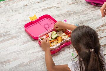 Dziewczynka jedząca przekąski w szkole