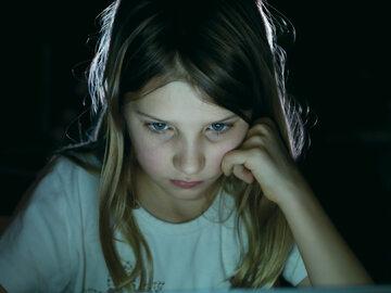 Dziewczynka siedząca przy komputerze