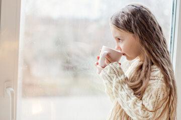Dziewczynka z kubkiem – być może kawy?