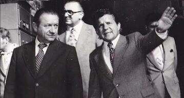 """Edward Babiuch (po lewej) i dyrektor Sanockiej Fabryki Autobusów """"Autosan"""" przed 1980 rokiem"""