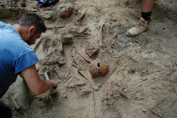Ekshumacja ofiar rzezi wołyńskiej w miejscowości Gaj