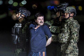 """""""El Chapo"""" w trakcie ekstradycji do USA, 8 stycznia 2016 roku."""