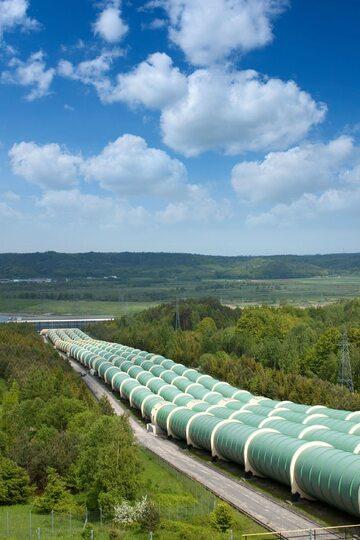 Elekrownie szczytowopompowe to najpowszechniejszy sposób magazynowania energii. Do PGE należy największa w Polsce położona nad Jeziorem Żarnowieckim