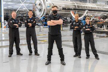Elon Musk (w środku) ze współpracownikami ze SpaceX
