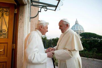 Emerytowany papież Benedykt XVI i obecny papież Franciszek