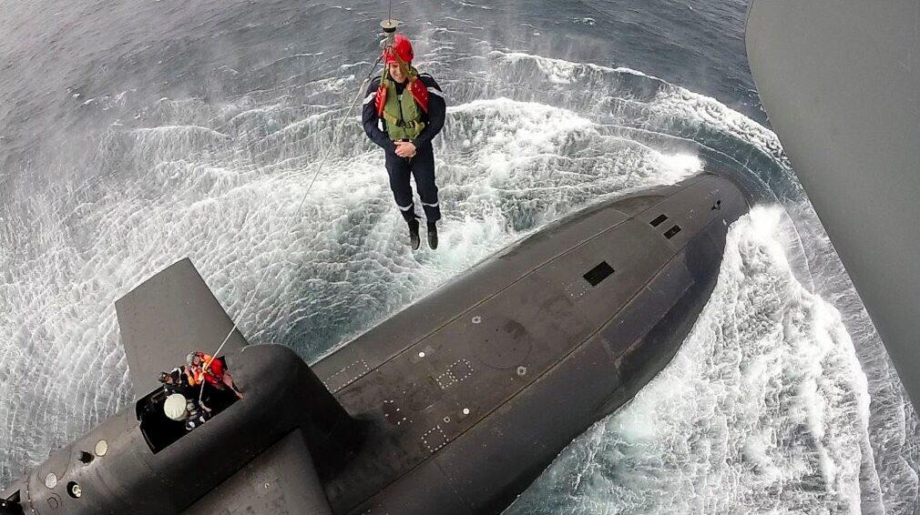 Emmanuel Macron spuszczany na pokład okrętu