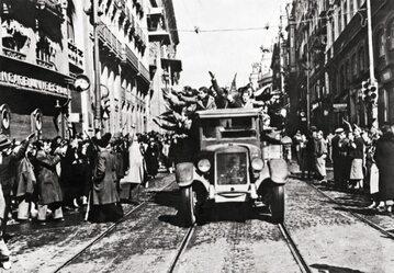 Euforia po zwycięstwie i faszystowskie pozdrowienia – Madryt, 31.03.1939 r.