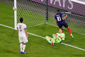 Euro 2020. Francja -  Niemcy. Samobój Matsa Hummelsa