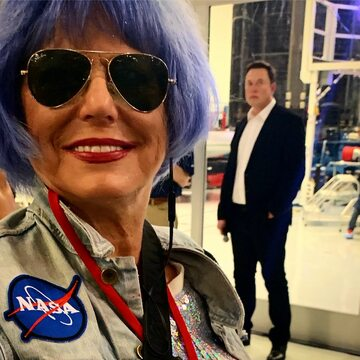 Eva Blaisdell, w tle Elon Musk