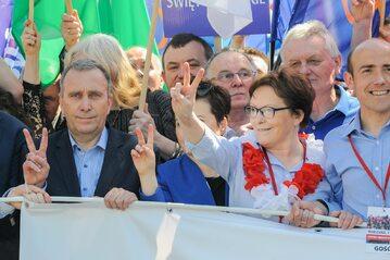 Ewa Kopacz i Grzegorz Schetyna na marszu 7 maja