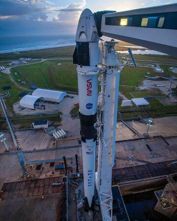 Falcon 9 z kapsułą Crew Dragon
