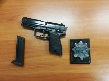 Fałszywa broń i odznaka
