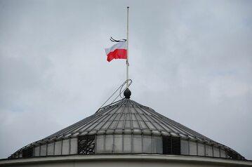 Flaga Polski na budynku Sejmu RP, opuszczona na maszcie do połowy