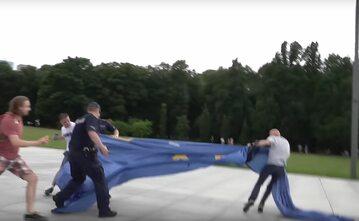 Flaga UE, która przykryła Pomnik Ofiar Katastrofy Smoleńskiej