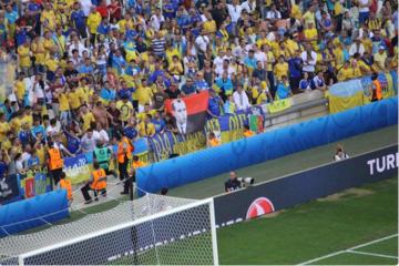 Flaga UPA z portretem Bandery na meczu Ukraina - Polska