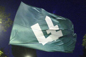 Flaga z symbolem Obozu Narodowo Radykalnego