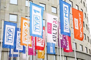 Flagi przed siedzibą TVP w Warszawie